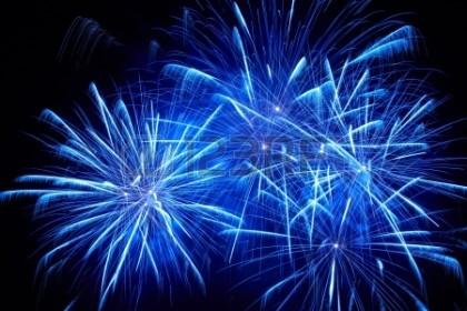 16842609-blu-fuochi-d-artificio-colorati-sullo-sfondo-del-cielo-nero